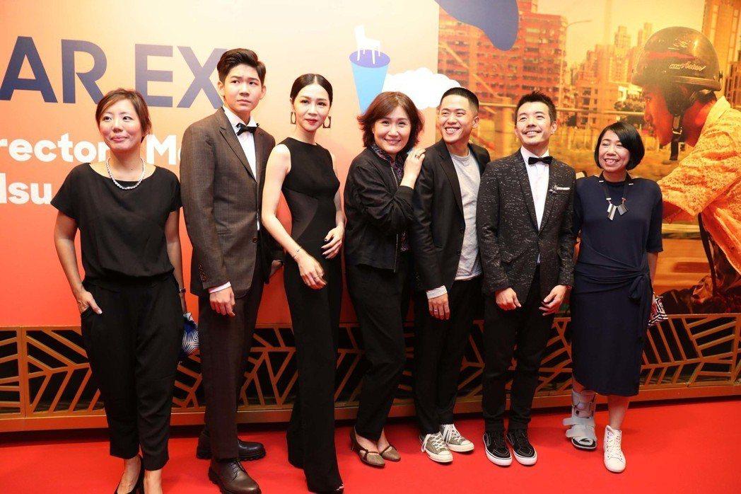 新加坡國際電影節播映「誰先愛上他的」,執導這部電影的徐譽庭(中)與許智彥(右3)