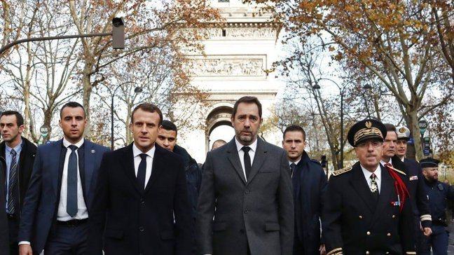 法國總統馬克宏(左三)率政府高官訪查巴黎暴動現場。 美聯社