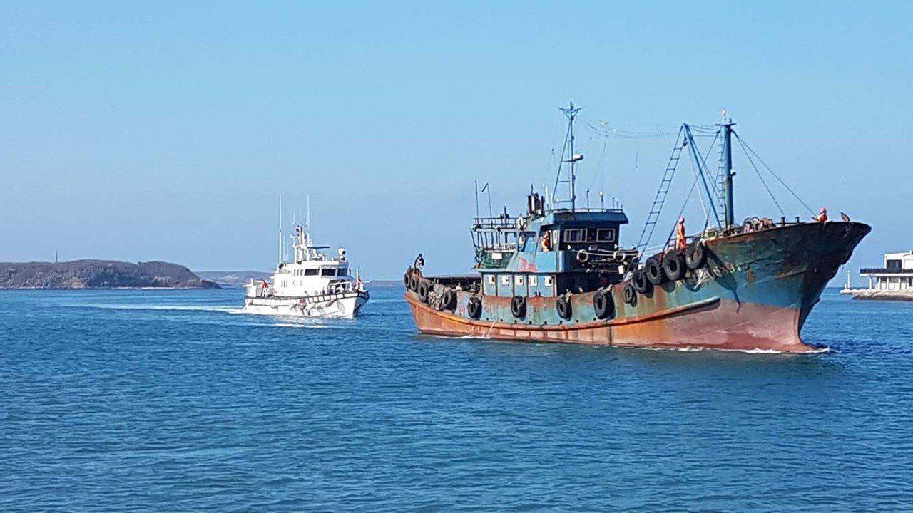 海巡署艦隊分署第八海巡隊執行護永專案,3日清晨在目斗嶼海域查獲「閩獅漁06897...