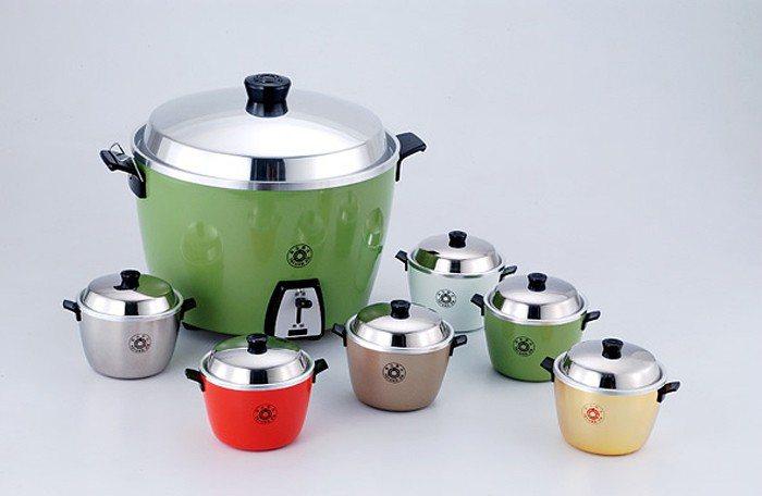 使用電鍋要注意內鍋高度,避免頂住鍋蓋。圖為大同電鍋及迷你版模型。圖/大同公司提供