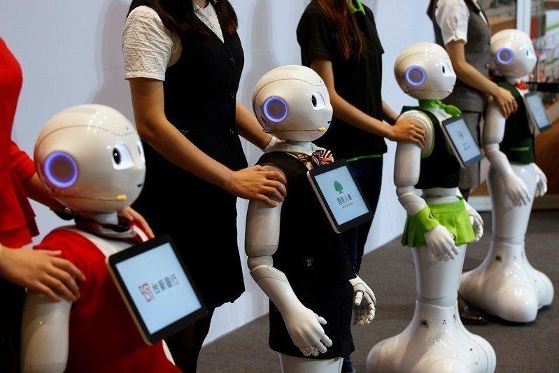 2050年很大的可能性是一個機器人的時代,或是說大量自動化時代會來臨。圖為softbank發表的機器人pepper。  圖/路透社