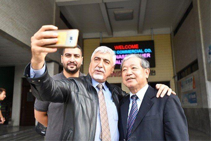 建大工業總裁楊銀明與國外客戶自拍。