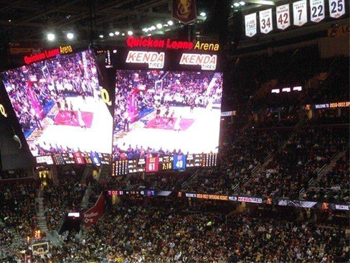 建大輪胎參加NBA克里夫蘭騎士隊開幕賽,品牌logo出現在球場邊及記分板上。(圖...