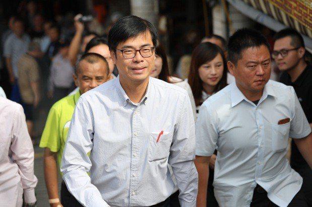 韓國瑜擔任北農總經理時,在面臨遭民進黨議員修理時,向過去的民進黨同僚求救,其中一...