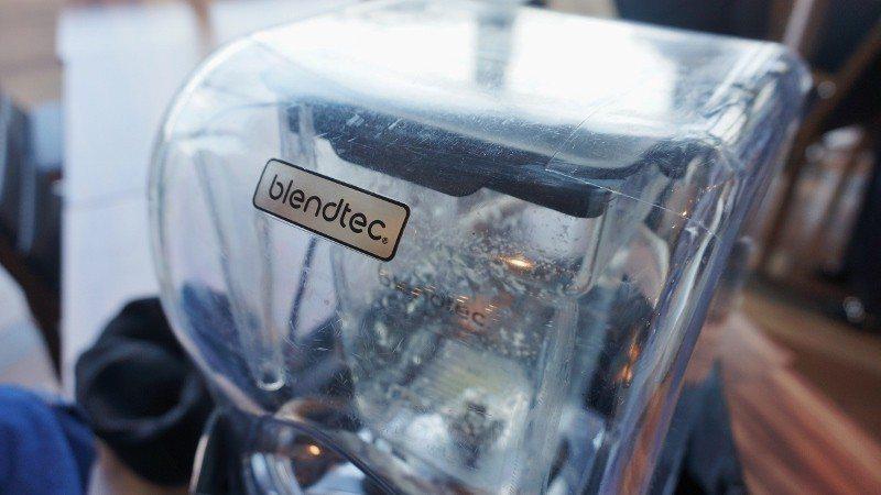 維維風果汁舖選擇使用市場最高評價的果汁機品牌,圖為使用中的果汁機。 徐谷楨/攝影