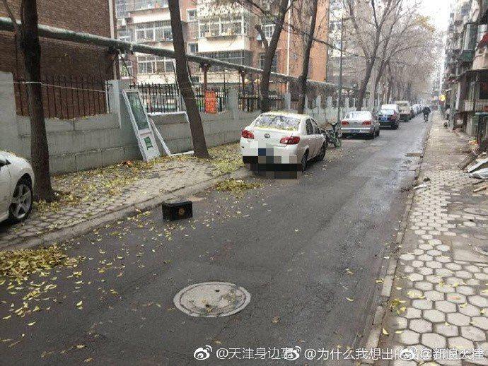 日前中國大陸天津有殯葬用品業者在小區中,放置骨灰罈強佔停車位,讓路過民眾直呼「嚇...