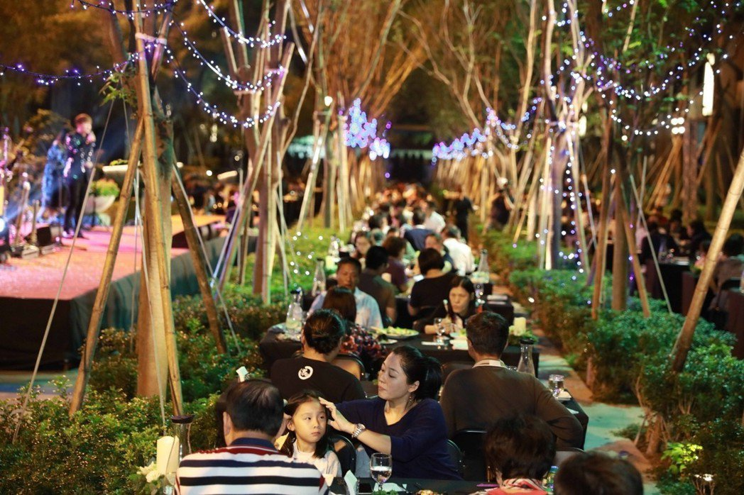 「新都廳」住戶在櫸木大道的月光下享用美食。 攝影/張世雅