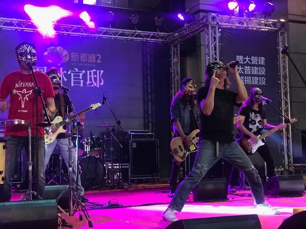 金曲獎最佳樂團董事長樂團在「新都廳」中庭搖滾開唱。 攝影/張世雅