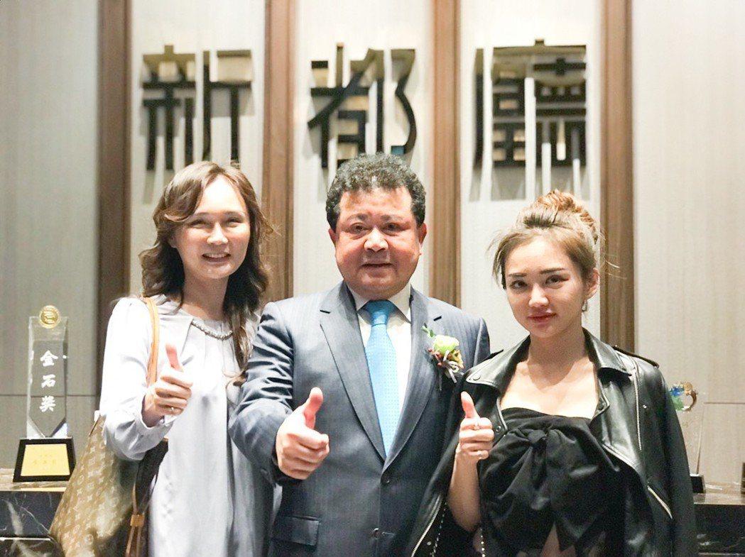 城揚建設董事長楊振宗(中)和老婆、女兒在「新都廳」參加熱銷慶功宴。 攝影/張世雅