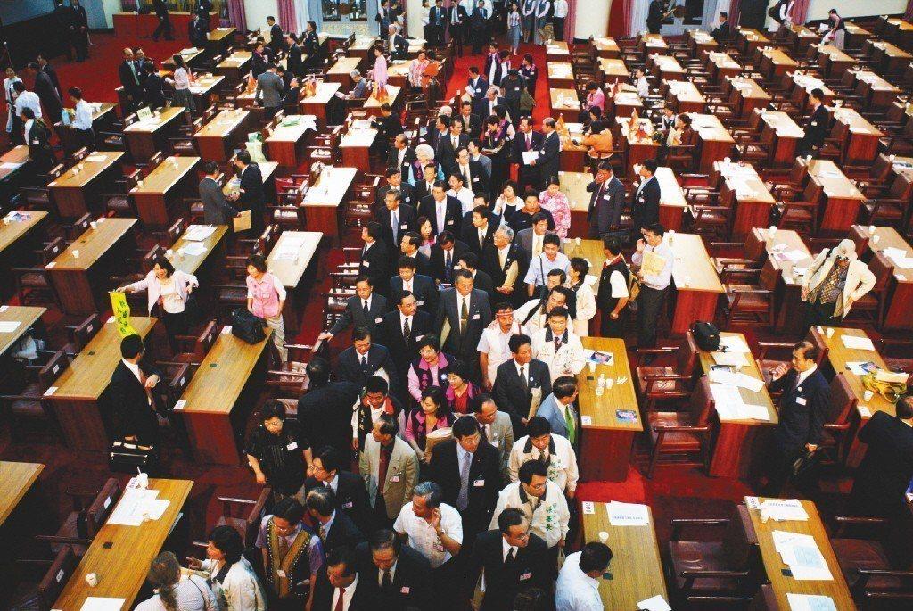 2005年6月8日,國民大會代表複決憲法修正案,以兩百四十九票贊成,四十八票反對...