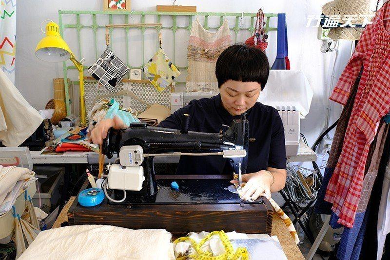 店裡也會推出自製的布包、嬰兒口水巾、髮帶等小物。  攝影|行遍天下