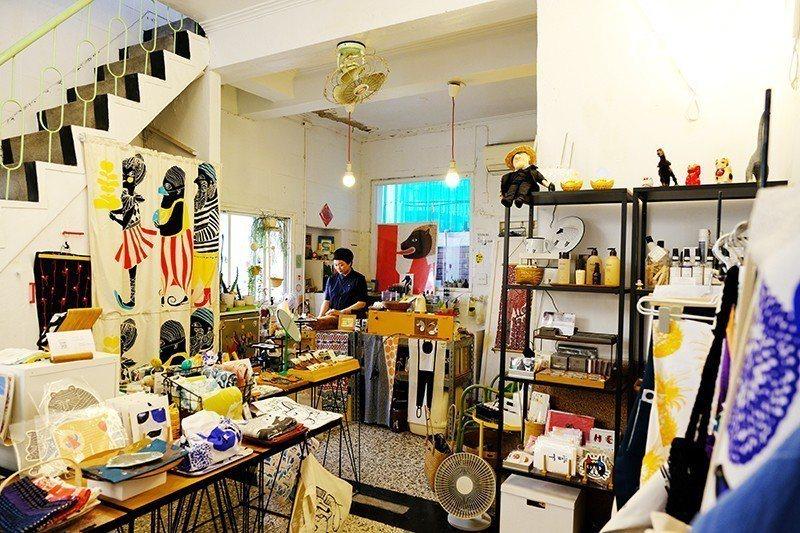 白做主要販售服飾、食器、文具、書籍、天然彩妝保養品等生活選物,特別是生活織品。 ...