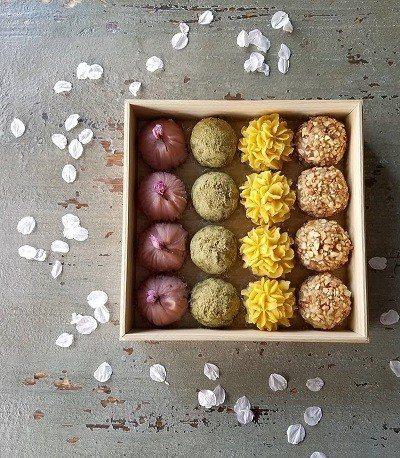 高雅的木盒中放置了多變的萩餅,宛如精緻的和菓子,重新定義古早味的萩餅風格。