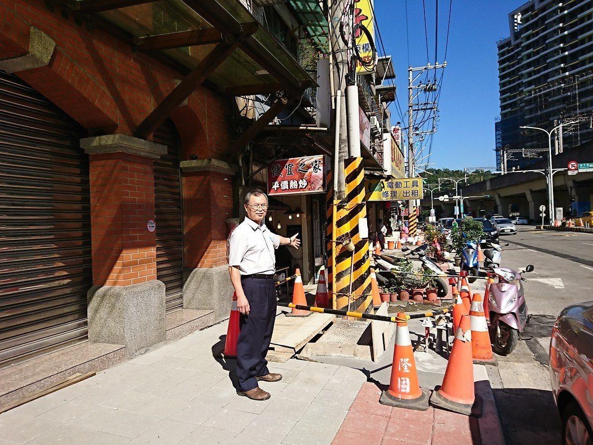 汐止區大同路二段進行人行道拓寬改善及沿線的電纜地下化,市議員廖正良也到現場關心,...