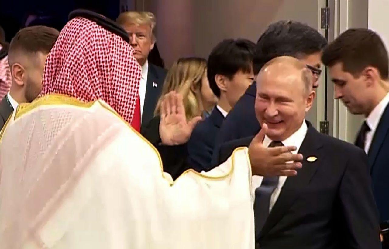 普亭與沙國王儲賓沙爾曼在G20時會面擊掌,足見兩人關係匪淺。法新社