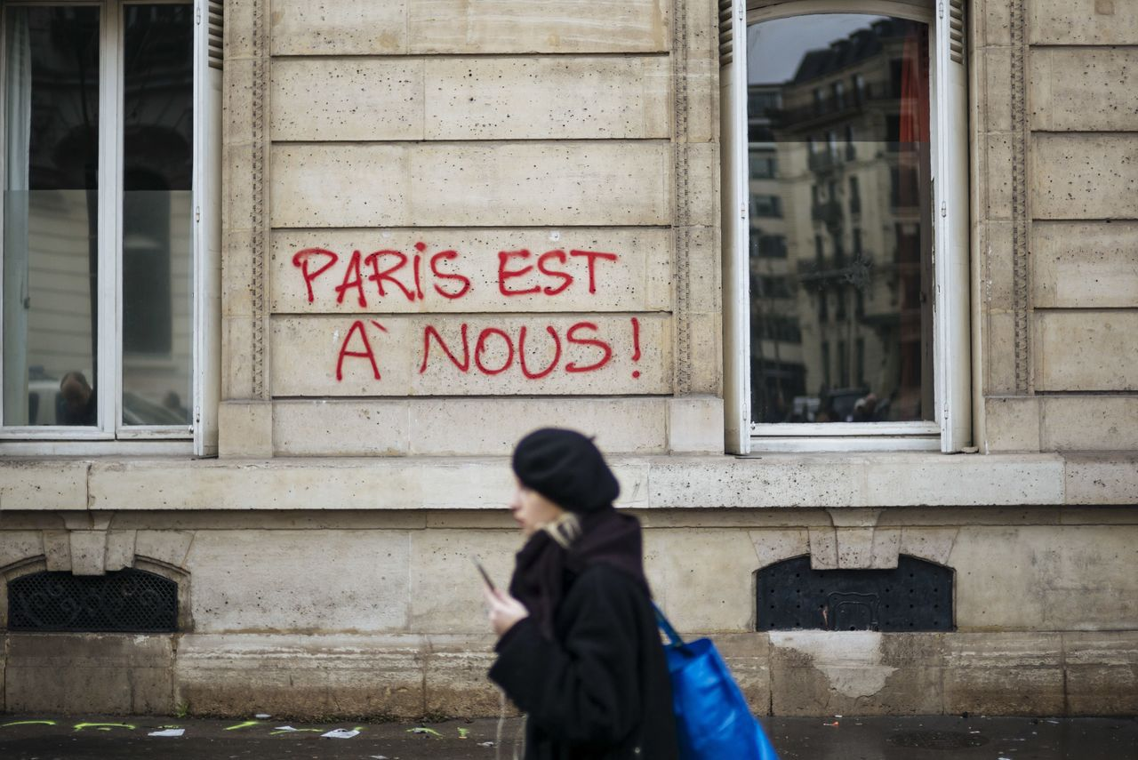 「巴黎是我們的」,法國民眾抗議政府加稅和生活成本高,最後暴力收場。美聯社