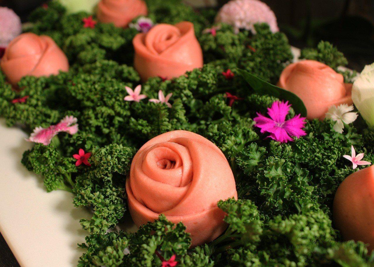 台中長榮桂冠酒店推出花博港點「冷豔玫瑰香」。圖/台中長榮桂冠酒店提供