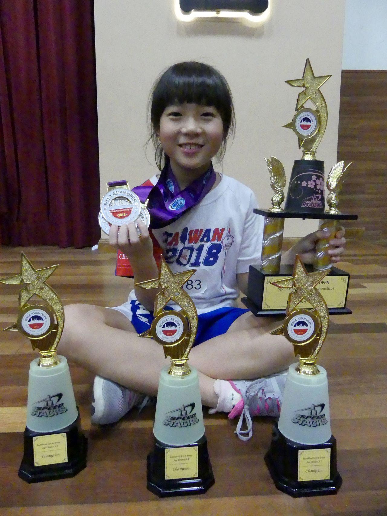 「台灣疊杯小甜心」張瑜庭參加的所有項目都是冠軍,個人貢獻8面金牌,更和媽媽吳英蕙...