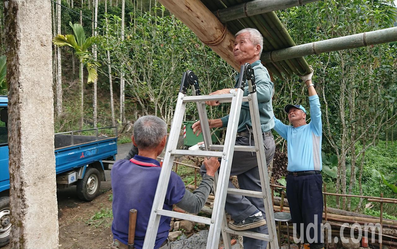 80歲林武欽(中)帶領籐寮居民興建紙寮。記者卜敏正/攝影