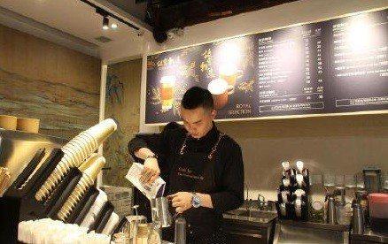 角樓咖啡位於故宮神武門(後門)外,遊客不必進入故宮就可以品嘗咖啡。(人民日報官方...