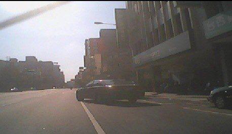 轎車駕駛害機車騎士摔傷,駕駛肇事後離開。記者游振昇/翻攝