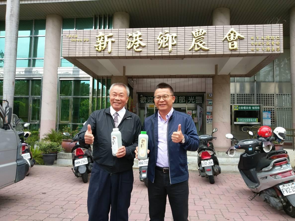農糧署南區分署長姚志旺(右)和新港鄉農會總幹事陳永華(左)推廣「黑娘媽」黑豆漿。...