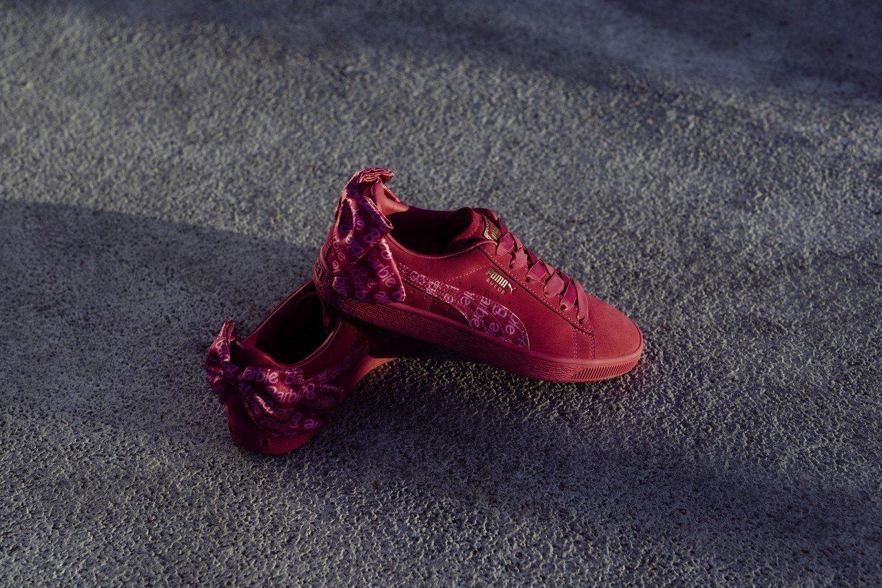 全台超限量12組夢幻芭比精裝禮盒組限定版覆盆莓粉Suede鞋款。圖/Puma提供
