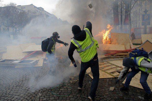 示威者在巴黎街頭縱火和大肆破壞。美聯社