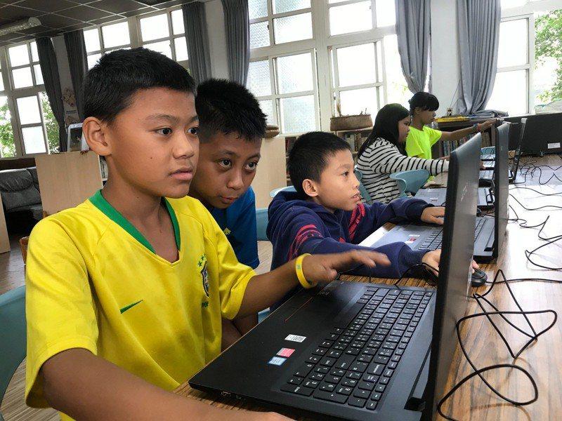 屏東縣牡丹鄉石門國小,全校只有71個排灣族的孩子。走進六年級的教室,14個孩子熟練地操作筆電寫程式,交頭接耳熱絡討論,原來,他們正在透過遊戲學習程式設計,建造出屬於自己的部落。記者馮靖惠/攝影