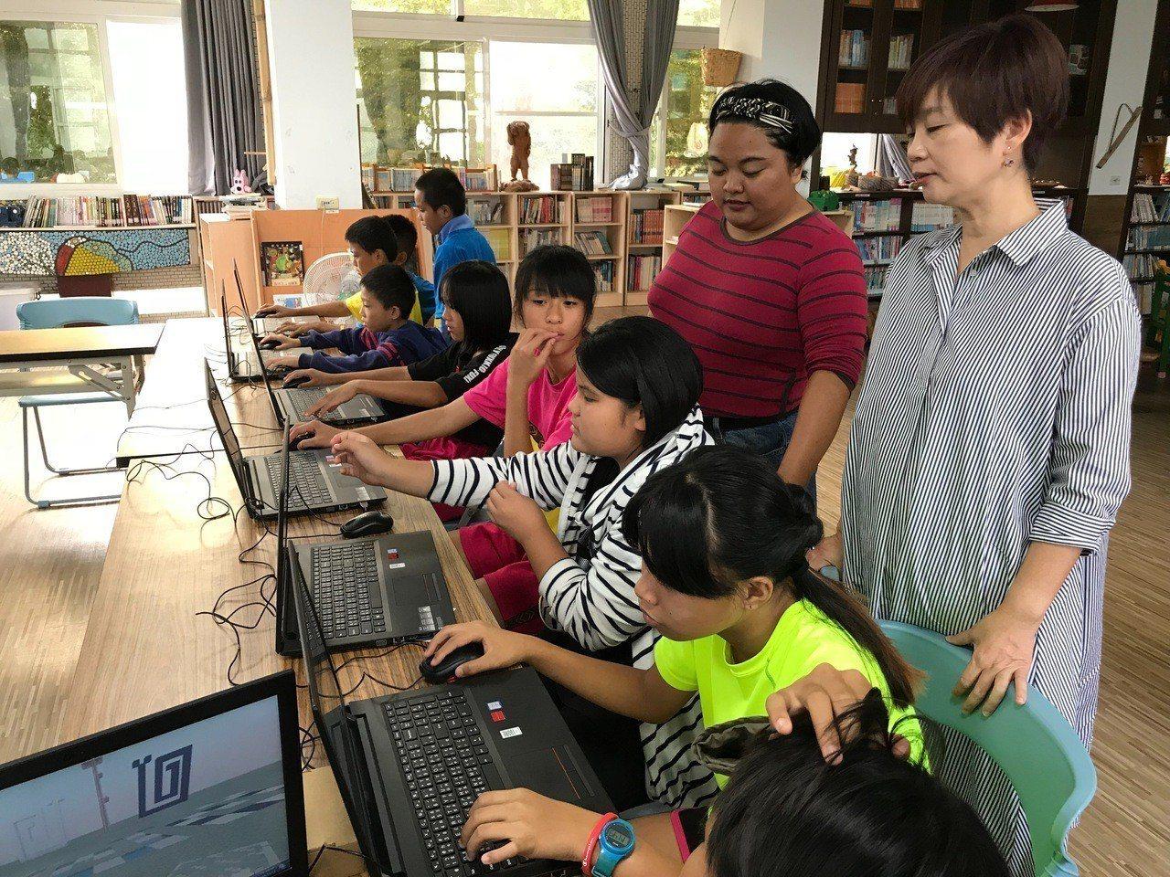 屏東縣牡丹鄉石門國小,全校只有71個排灣族的孩子。走進六年級的教室,14個孩子熟...