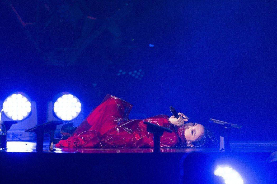 徐佳瑩盡情地在台上打滾。圖/亞神音樂提供