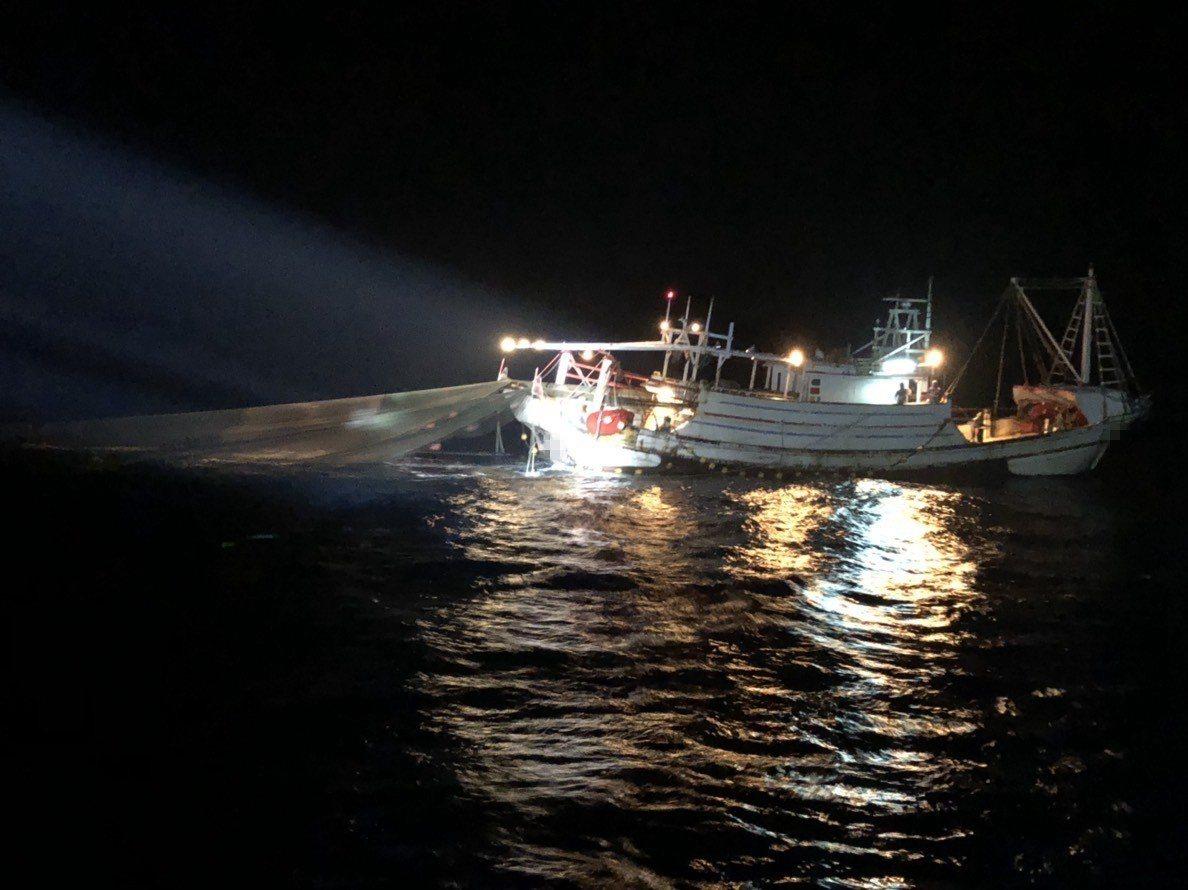 台南將軍籍「聖滿來」漁船,今天清晨2點多在七股外海違規距岸12浬內作業,經台南海...