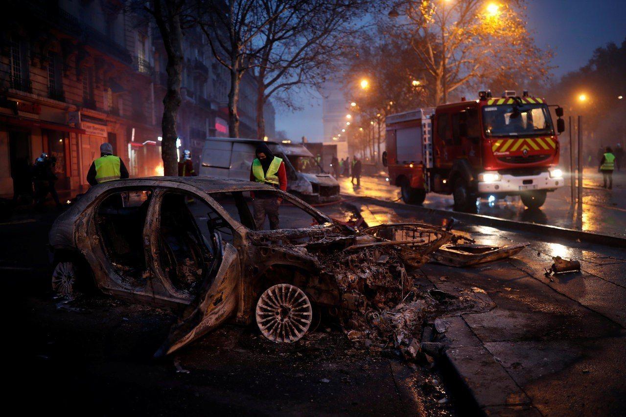法國巴黎12月1日一場抗議燃料稅的示威,演變成縱火燒車、打劫商家的嚴重暴動。圖為...