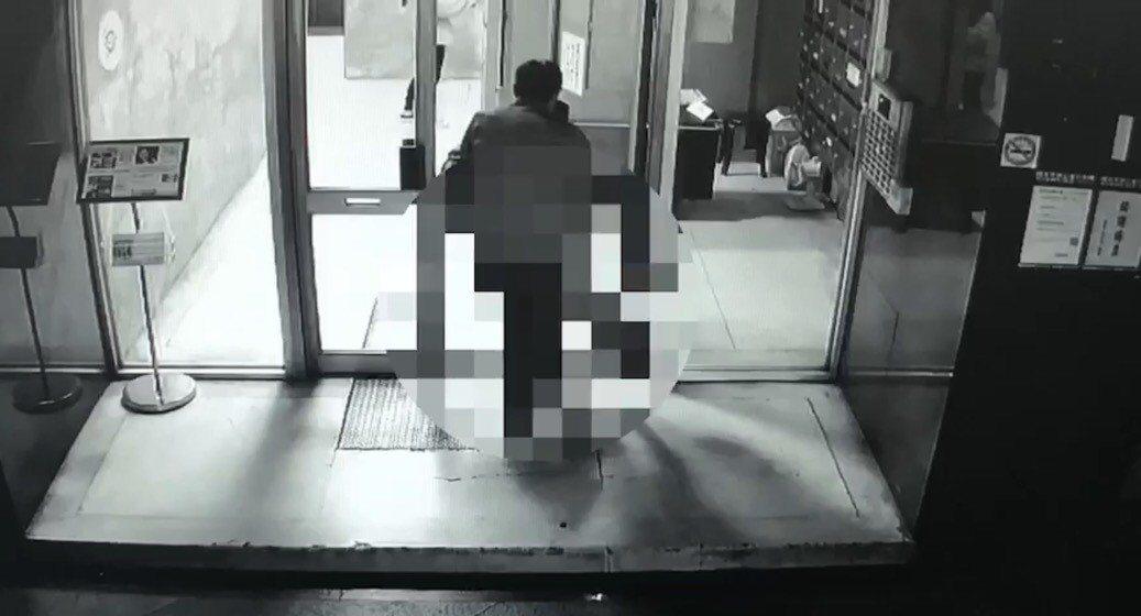 黃男將楊女扛回德惠街住處。記者蕭雅娟/翻攝