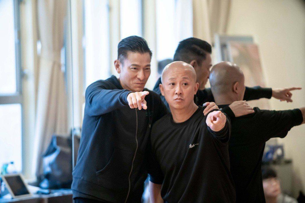 劉德華(左)跟編舞老師細心討論動作。圖/台灣映藝提供