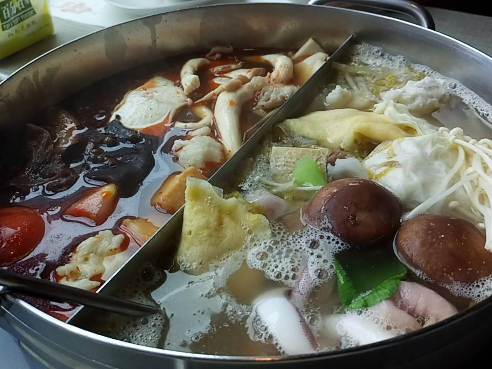 入冬後麻辣等火鍋生意好,醫師提醒注意腸胃保健。記者鄭國樑/攝影