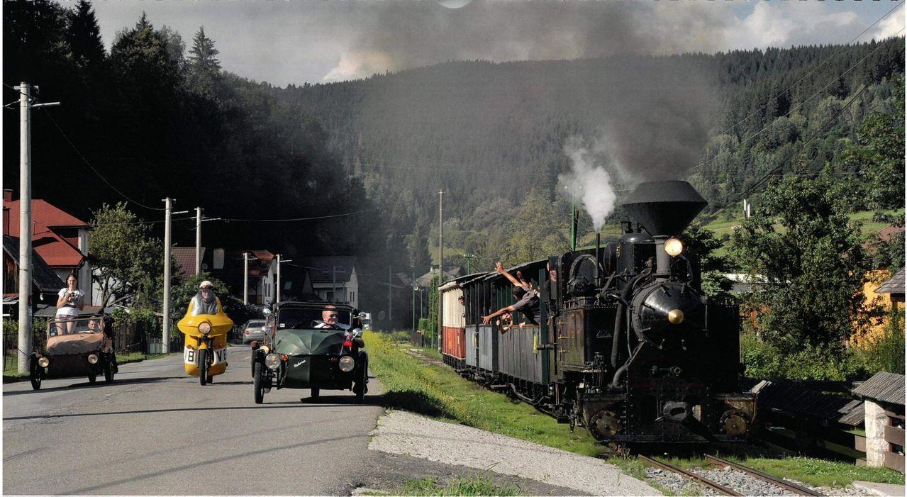 切尼赫榮蒸汽火車人員與汽車駕駛互打招呼。圖/阿里山林鐵文資處提供