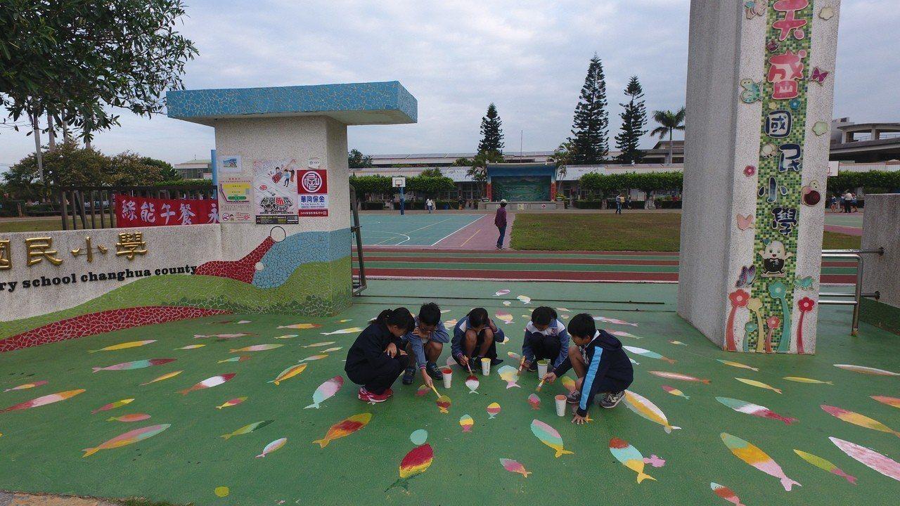 天盛國小學生合力彩繪校門口。圖/天盛國小提供