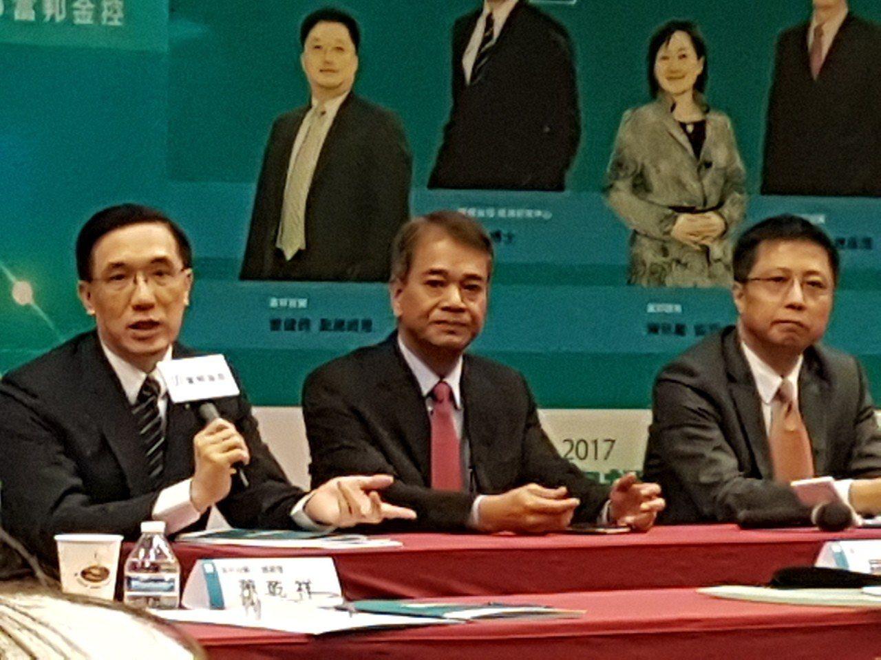 富邦金控首席經濟學家羅瑋博士(圖左)資料照。記者孫中英/攝影