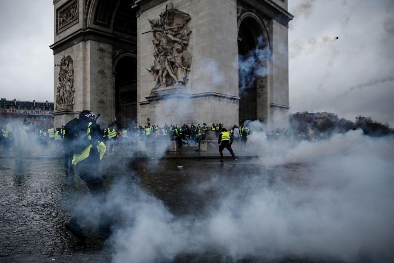 法國反燃油稅調漲的「黃背心」運動連續第3個周末鬧事,大批民眾在巴黎與警方爆發衝突...