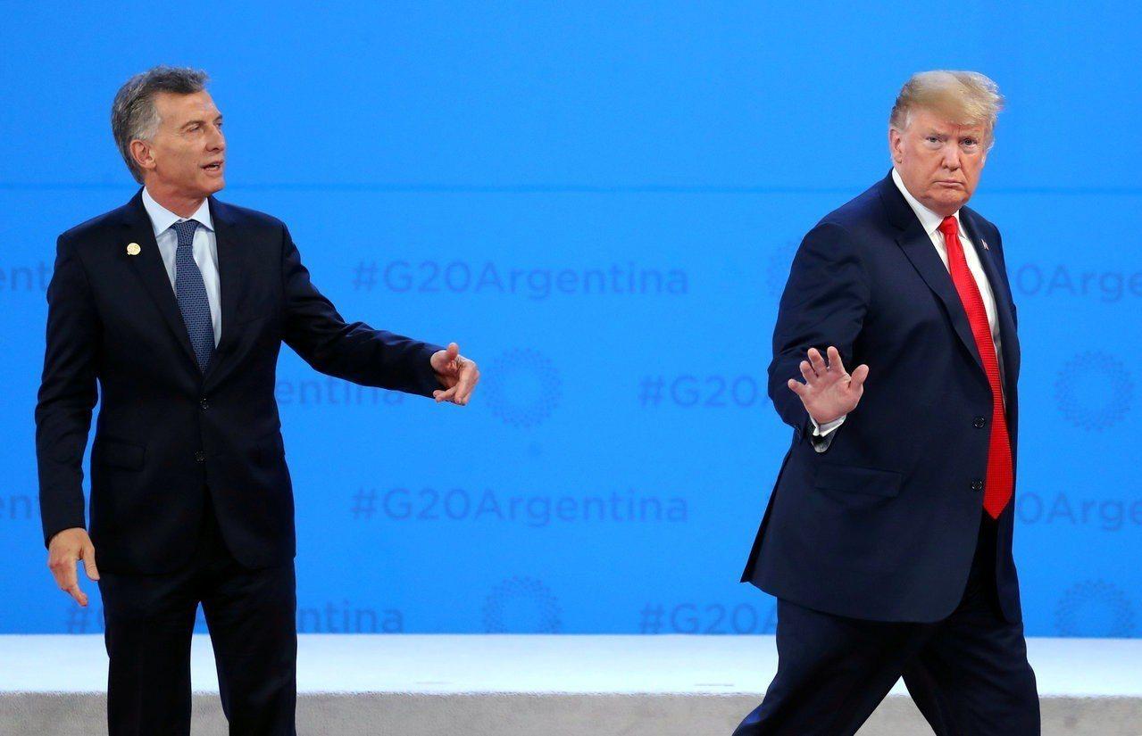 美國總統川普(右)上月30日在G20拍照活動中途突然離開舞台,獨留阿根廷總統馬克...