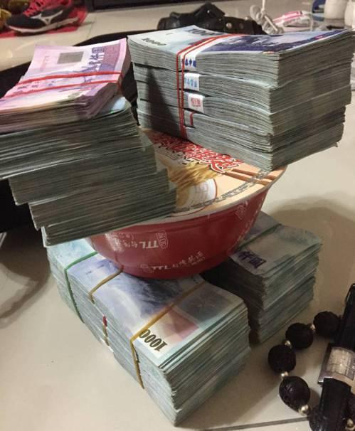 孫正國等毒販不僅沒低調,還曾將賣毒的3百萬現金壓泡麵炫富。記者張宏業/翻攝