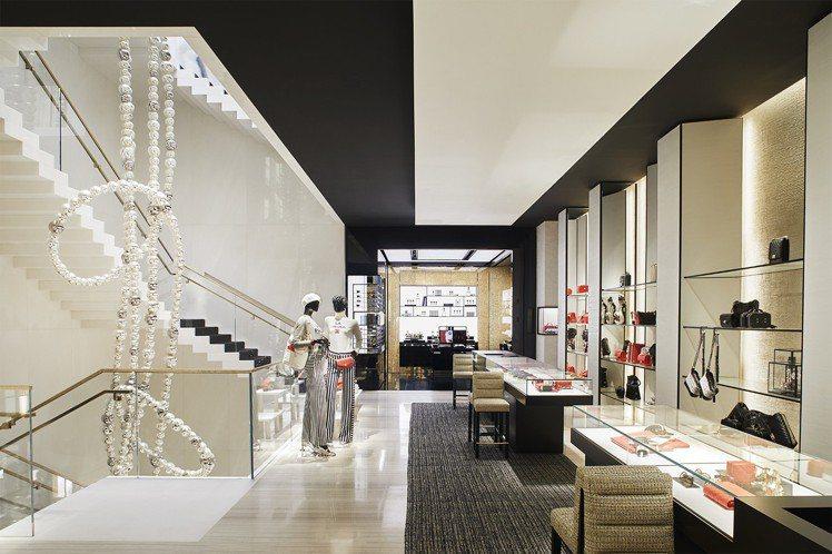 從4層樓高的階梯中央垂下的珍珠項鍊雕塑品長達18公尺,是由法國藝術家Jean-M...
