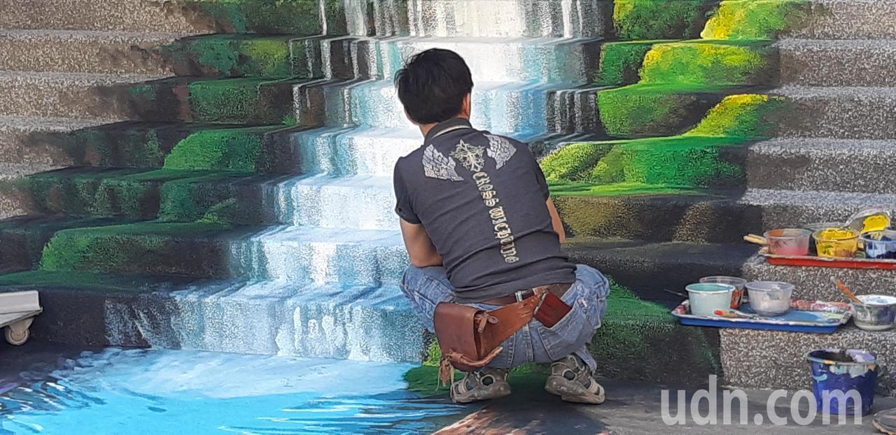 基隆市百福派出所打造3D瀑布彩繪,可望成為打卡熱點。記者賴郁薇/攝影