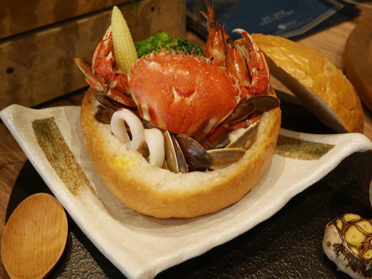 到「藍食謐境」餐廳吃美食,看海觀浪,放空放鬆,是很不一樣的享受。記者吳淑君/攝影