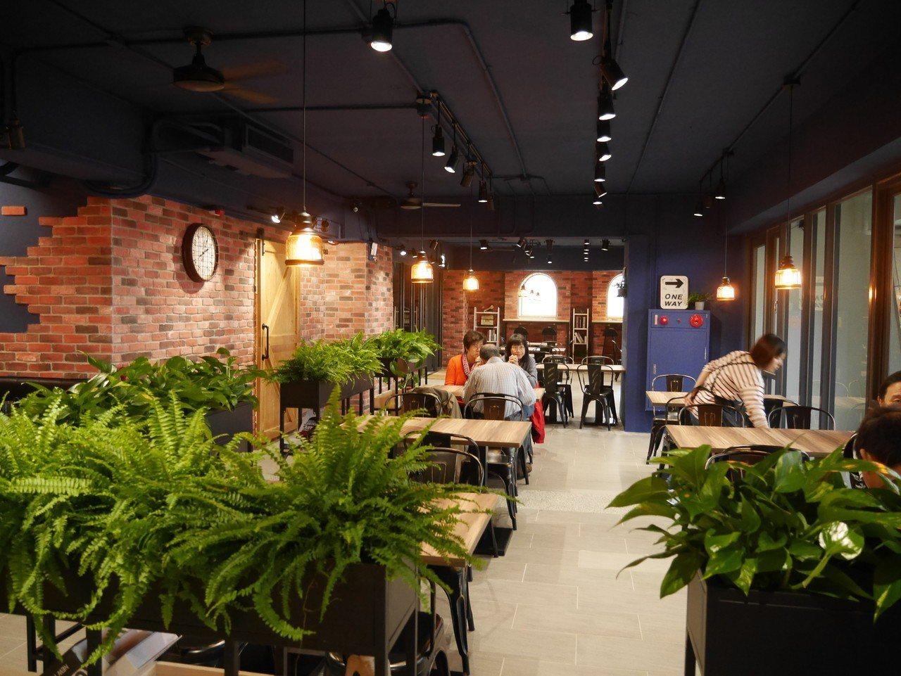 基隆市和平島公園新開幕的「藍食謐境」餐廳,牆上低調沉靜的藍,讓人眼睛一亮。記者吳...