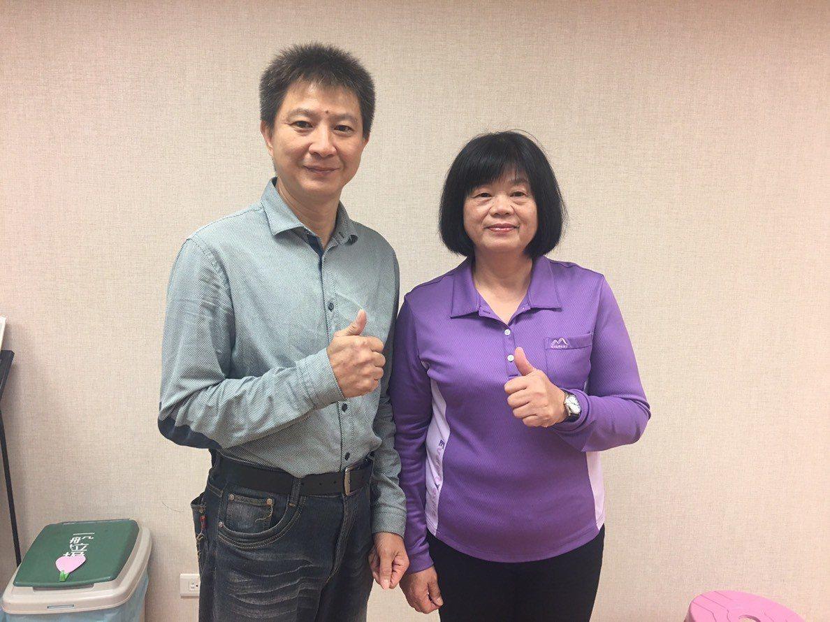 目前在「宏遠紡織」穩定就業一年半的陳玉枝(右)今到就業中心感謝協助。圖/永康就業...