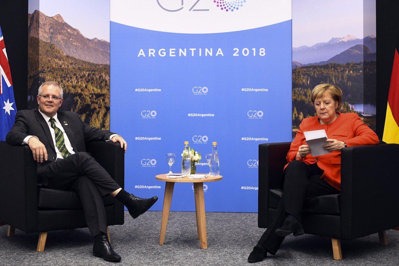德國總理梅克爾(右)與澳洲總理莫里森首次會面時,鏡頭拍到梅克爾正在猛K他的背景資...