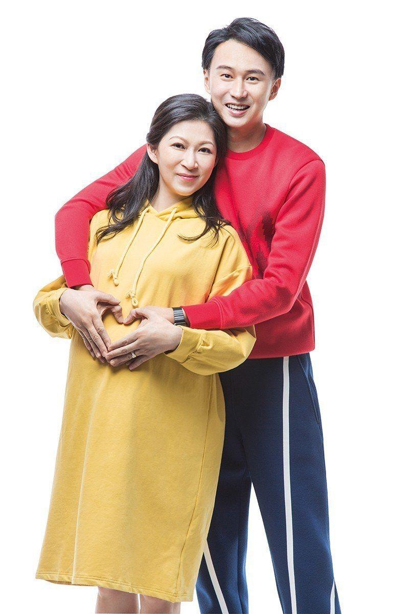 顏嘉樂(右)與狄志杰即將喜迎龍鳳胎。圖/媽媽寶寶雜誌提供