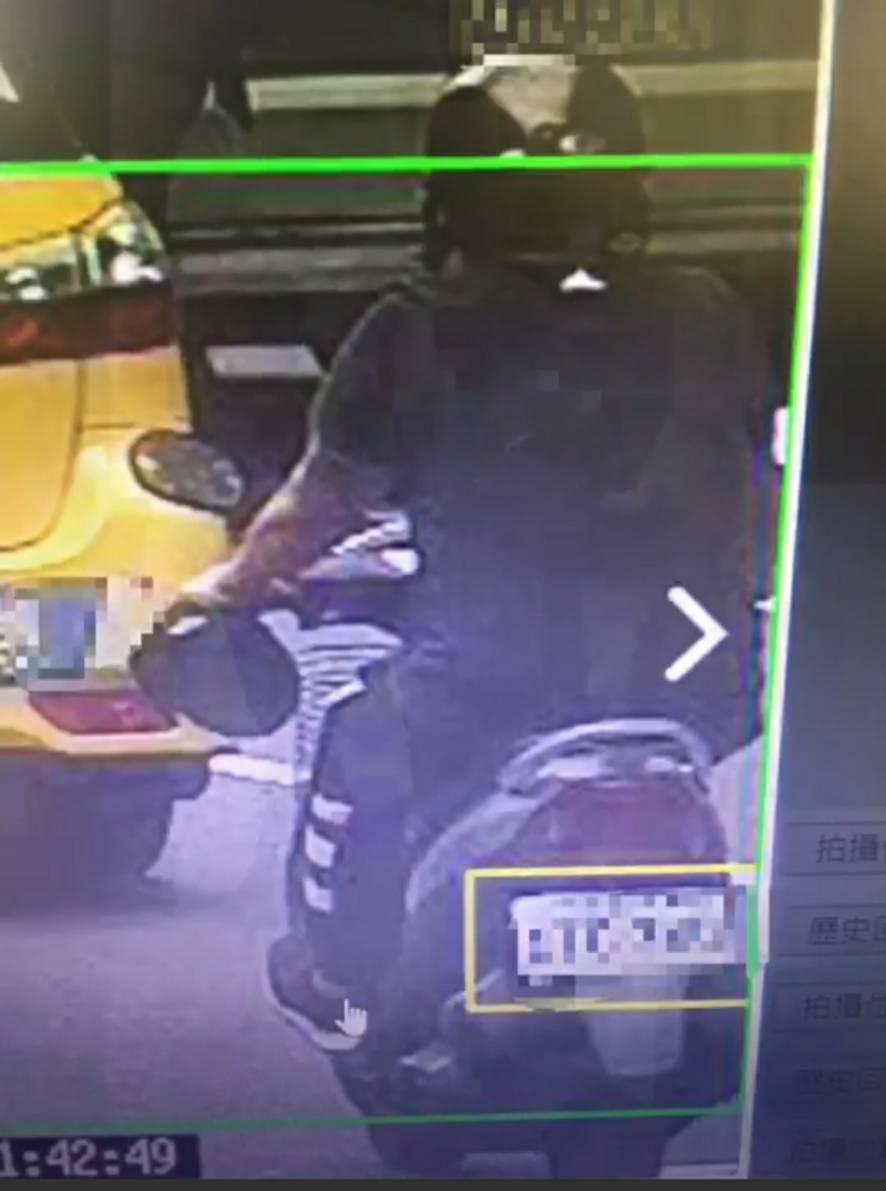 警方調閱監視器畫面,發現犯嫌騎一部銀黑色重機車犯案,並追查出機車落腳處在苓雅區輔...
